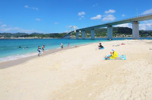 「アンチ浜ビーチ」シュノーケルができる天然の海!明るい水色!