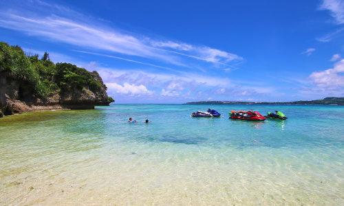 「アンチ浜ビーチ」はシュノーケルができる天然の海!明るい水色!