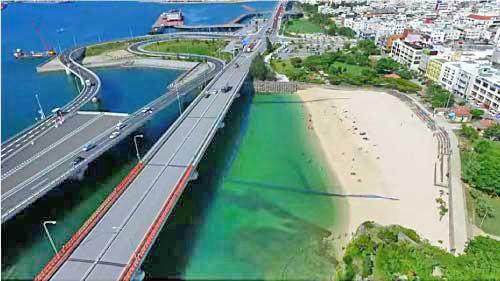 波の上うみそら公園「若狭側ビーチ」。観光客も多い人気スポット!