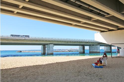 波の上うみそら公園「辻側ビーチ」。橋の真下はプライベート空間!