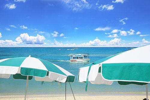 「残波ビーチ」マリンスポーツが多彩なトロピカルビーチ!