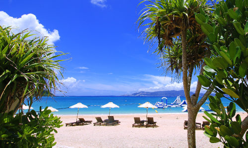 「喜瀬ビーチ」海上アクアパークが目玉!沖縄の海を遊び倒せ!