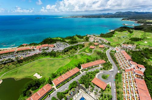 「カヌチャビーチ」広大なゴルフ場に青色のリゾート楽園!