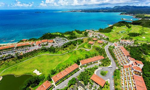 「カヌチャビーチ」の広大なゴルフ場に青色のリゾート楽園発見!