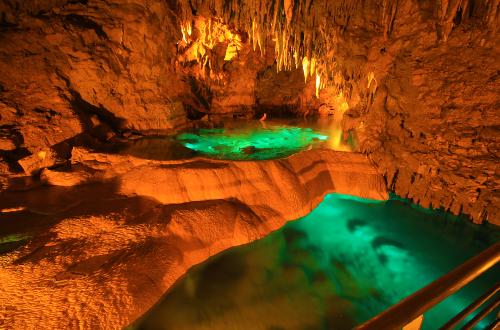 おきなわワールド「玉泉洞」は洞窟の世界。頭上には無数のつらら!