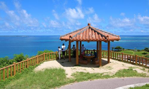 「知念岬公園」はパラグライダーが空を舞う景観スポット!