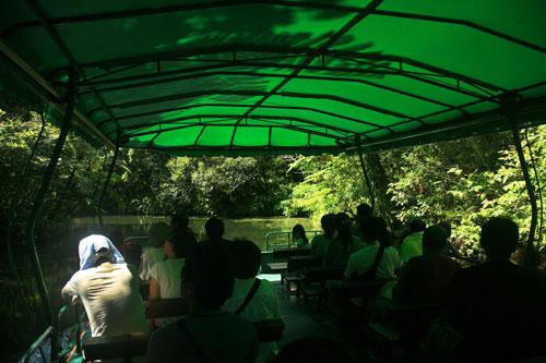 「ビオスの丘」は自然の遊びスポット。湖の上を走るガイド船が楽しい