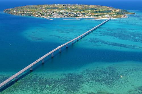 「古宇利大橋」はドライブスポット。本物のエメラルドを堪能せよ!