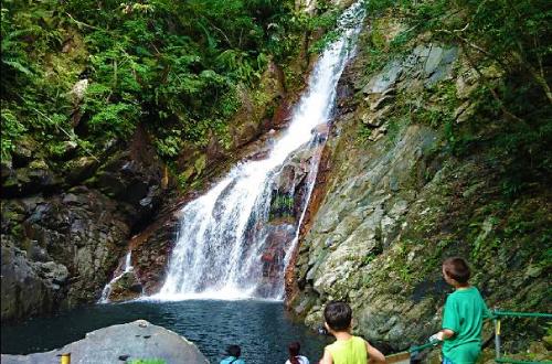 「比地大滝キャンプ場」トレッキングが気軽に楽しめる本島最大の滝!