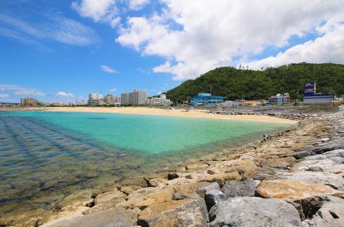 「東江海岸」夕日が素敵なロングビーチ!海中にはブロックがズラリ!