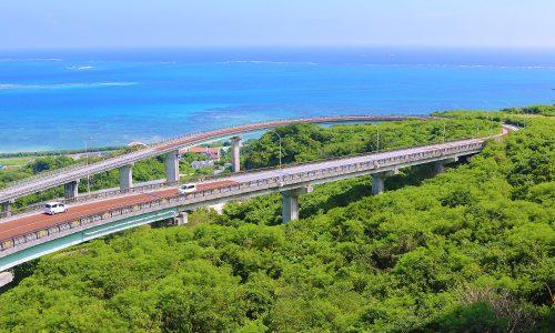 「ニライカナイ橋」はドライブスポット。展望台の先は絶景ビュー!